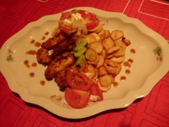 Omlós csirkefalatok rósejbnivel, vitaminsalátával