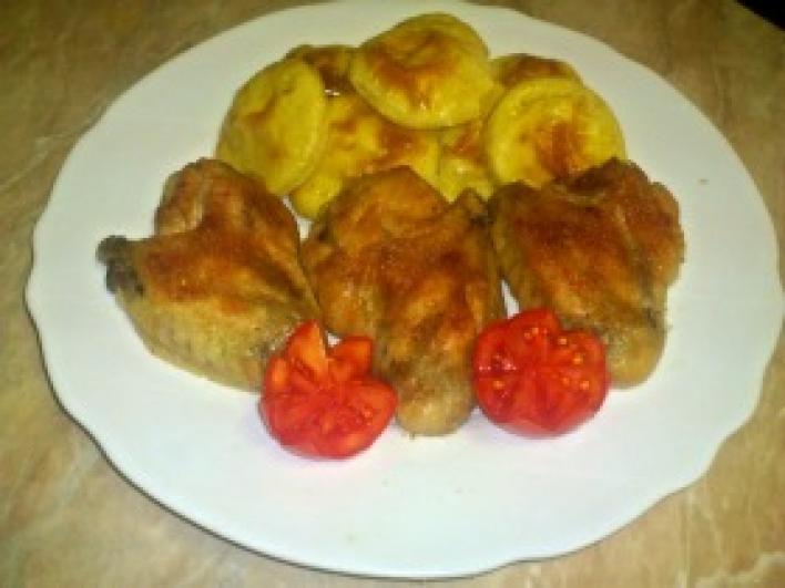 Fokhagymás csirkeszárny krumplikoronggal