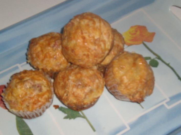Sajtos, sonkás, pirított hagymás muffin