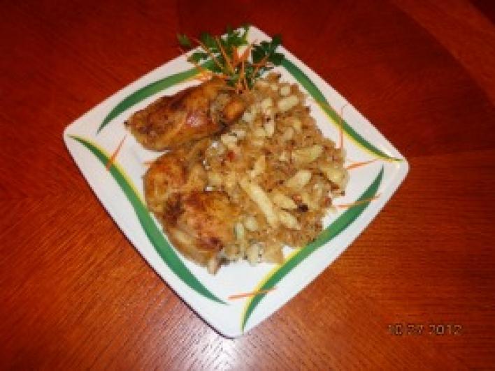Fűszeres csirkecombok sült káposztás sztrapacskával