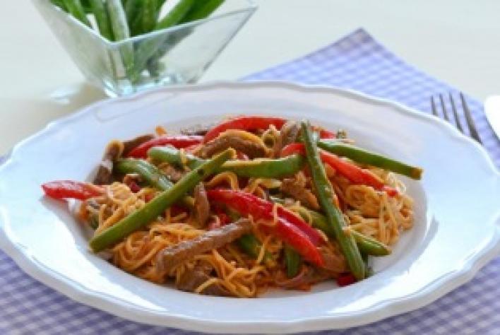 Indiai húsos-zöldséges tészta