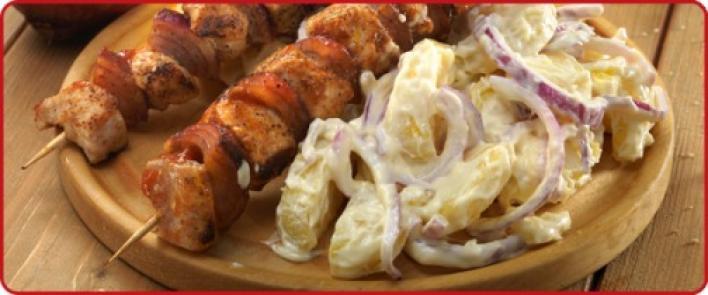 Ketchupos hagymás pulykanyársak, héjában sült majonézes burgonyával
