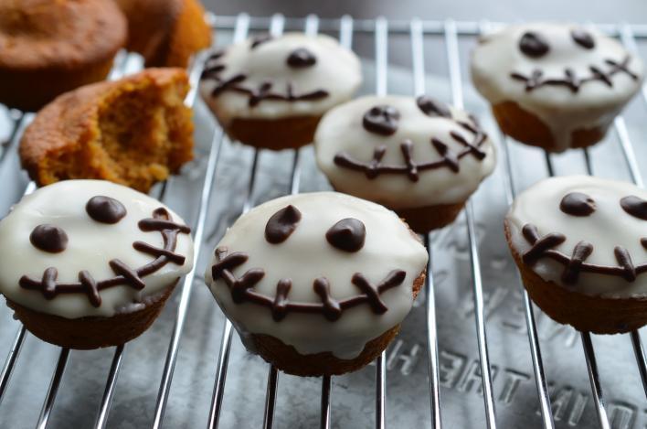 Fűszeres, sütőtökös muffin, narancsos cukormázzal Halloween-re
