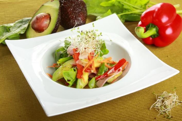 Saláta avokádóval és csírákkal