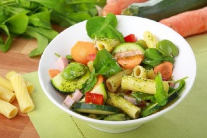 Zöldséges-sonkás tésztasaláta