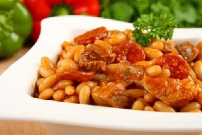 Spanyol sertéshúsos, kolbászos bab