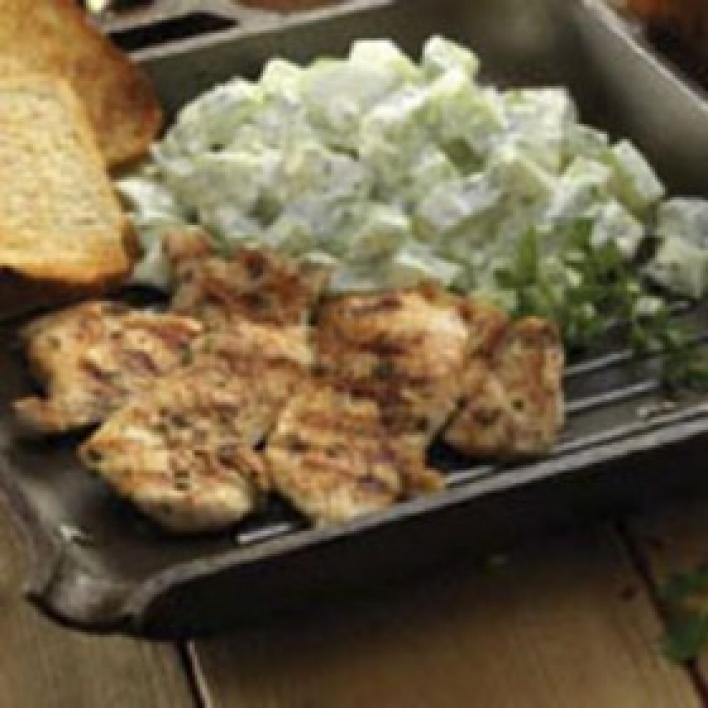 Grillezett rozmaringos csirkemell, majonézes-mustáros uborkasaláta