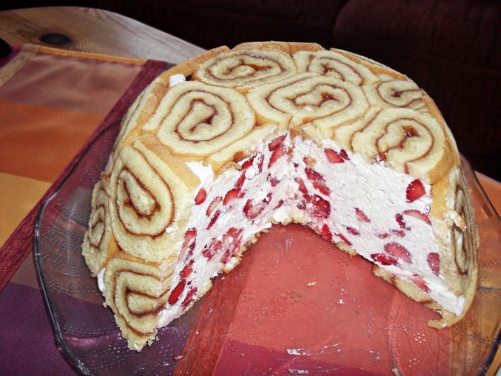 Epres-túrós torta, piskótatekercs köntösben