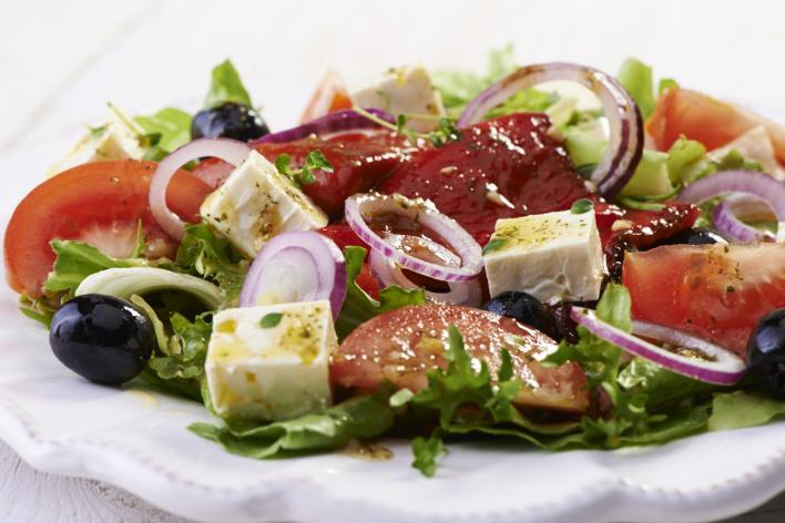 Saláta sült paprikával, olívával és feta sajttal
