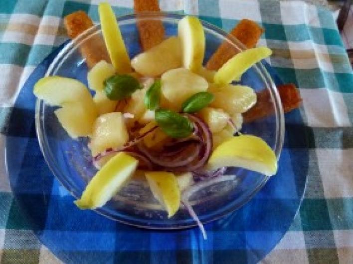 Krumplisaláta lilahagymával és almával