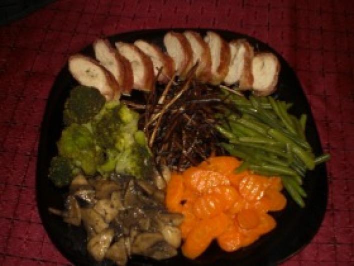 Baconbe göngyölt csirkemell hagymaszalmával és párolt zöldséggel