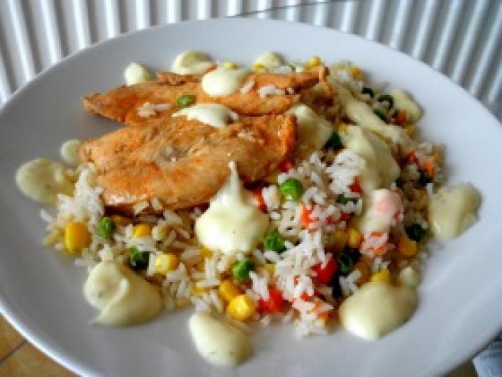 Csirkemell zöldséges rizzsel, sajtmártással