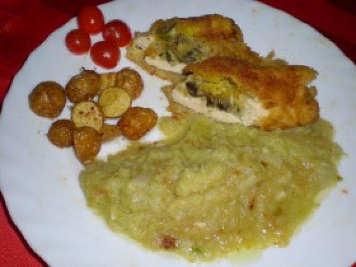 Bakonyi rántott csirkemell cukkinipürével,  mogyoróburgonyával