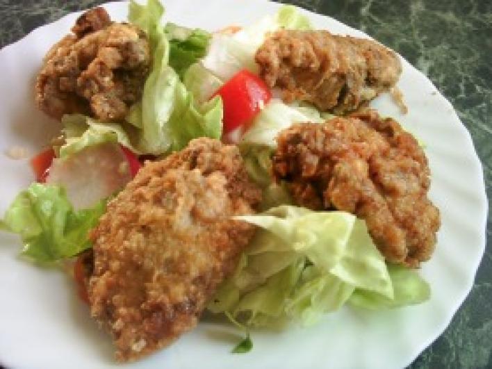 Fűszeres csirkedarabok bécsiesen, pikáns salátával