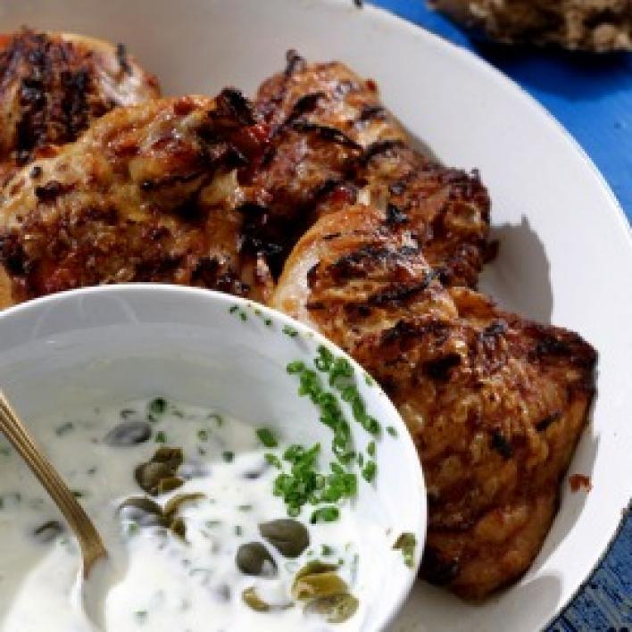 Grillezett csirkecombok tejfölös kapribogyós ínyenc mártással