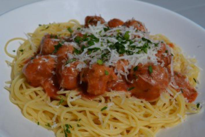 Spagetti paradicsomos húsgombócokkal