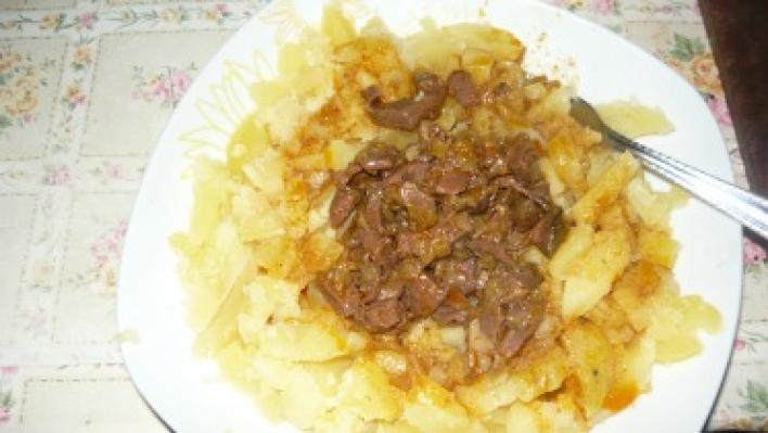Kacsaszívpörkölt főtt burgonyával
