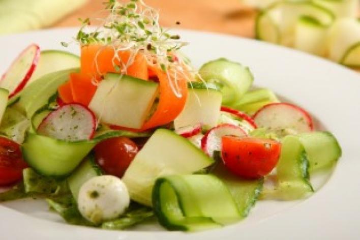 Mozzarella saláta zöldség szalagokkal