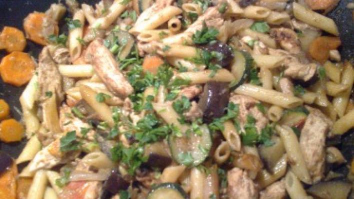 Pennés csirke zöldségágyon, wokban elkészítve