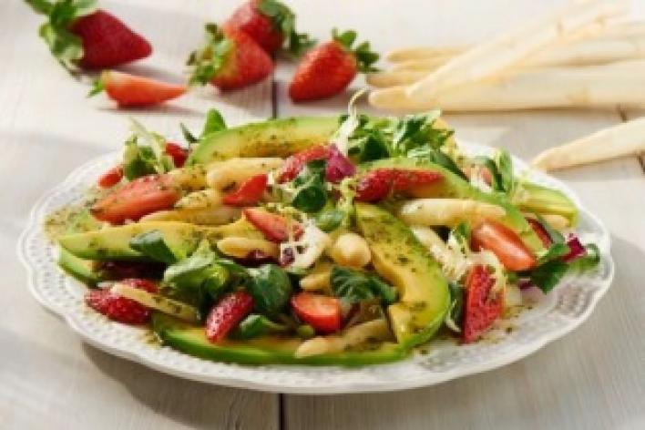 Spárga saláta eperrel és avokádóval