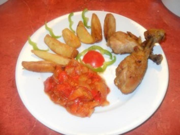 Hagymás csirkecombok lecsóval és steak burgonyával