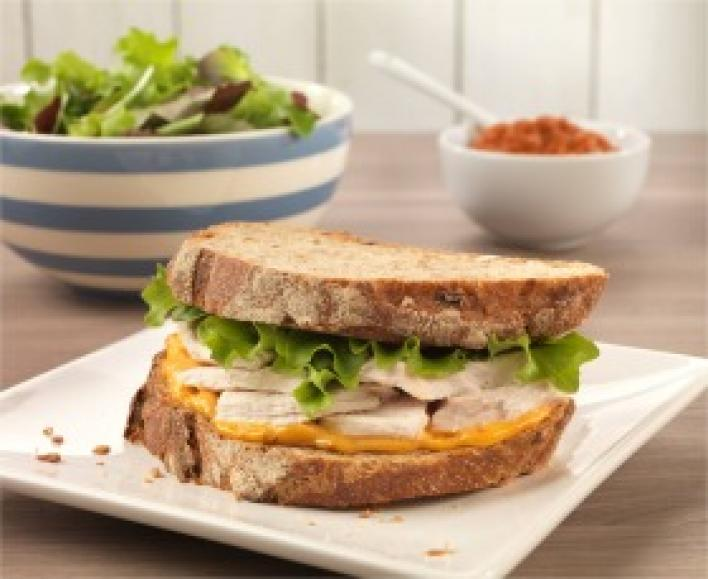 Csirkés, vörös pesztós szendvics