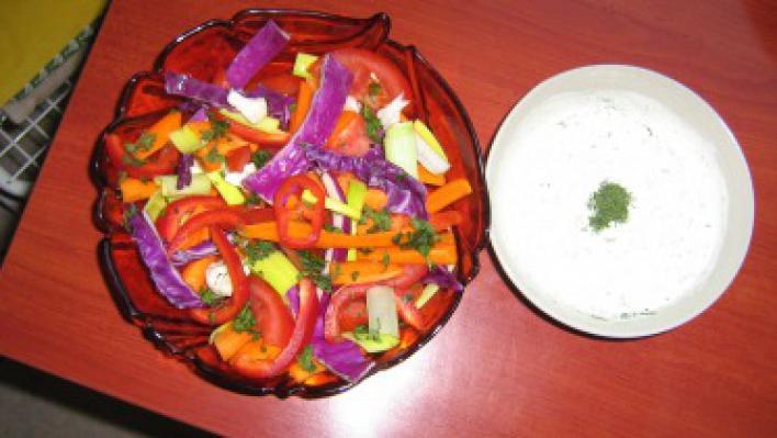 Zöldség tál joghurtos mártogatóval