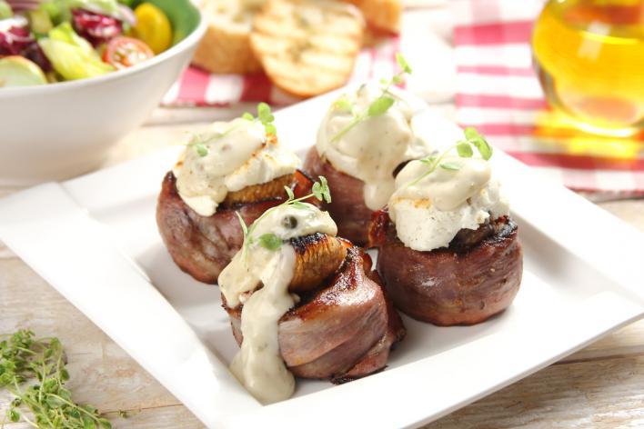 Grillezett bélszín steak sonkával, fügével kecskesajttal és zöldbors mártással