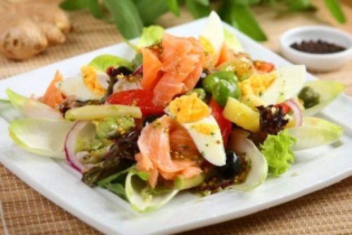 Nizzai saláta füstölt lazaccal
