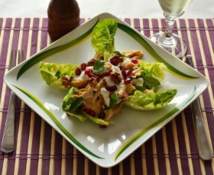 Téli saláta sült csirkével, gránátalmával és joghurtos uborkás dresszinggel