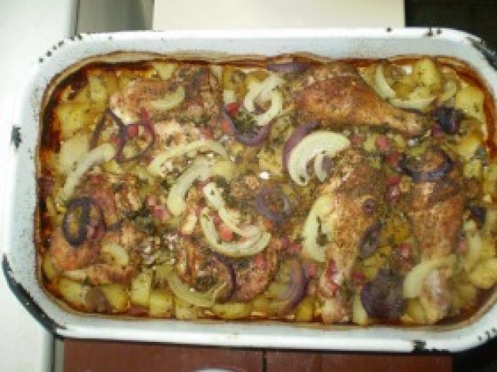 Csirkecombok krumpli ágyon