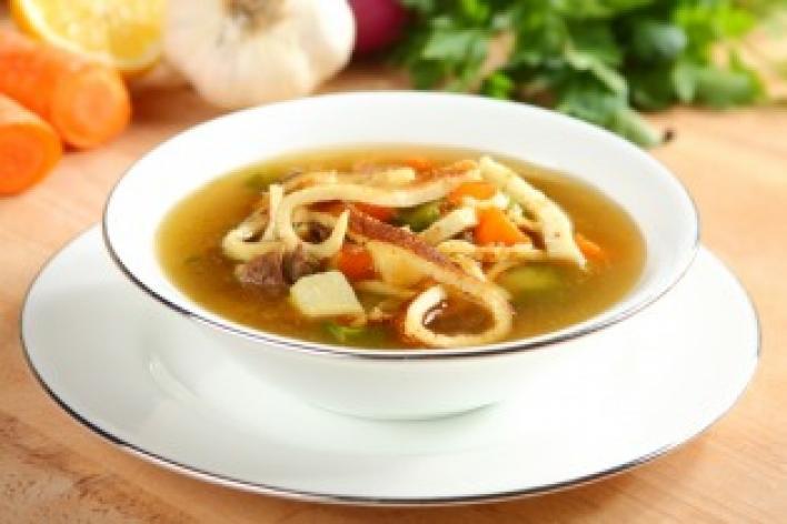 Marhahúsleves zöldségekkel és parmezános palacsintával