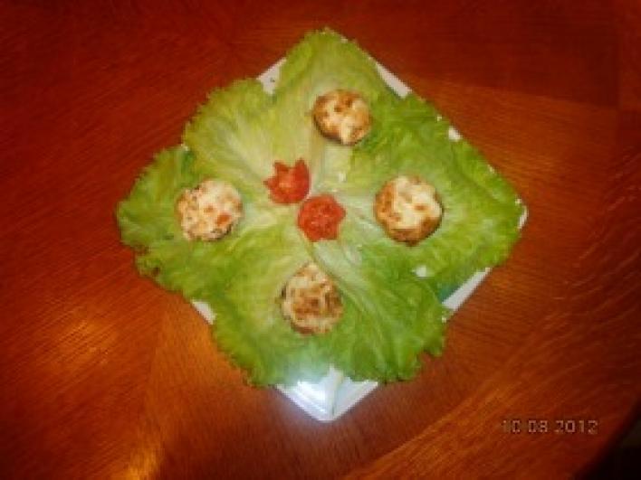 Töltött gombák csirkemellel és bébitökkel saláta ágyon (horvát)