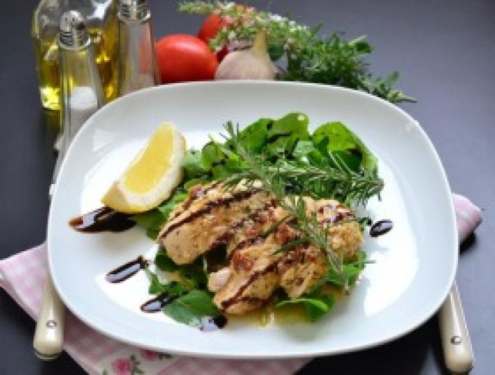 Zöldfűszeres serpenyős csirke aszalt paradicsommal és krémsajttal töltve