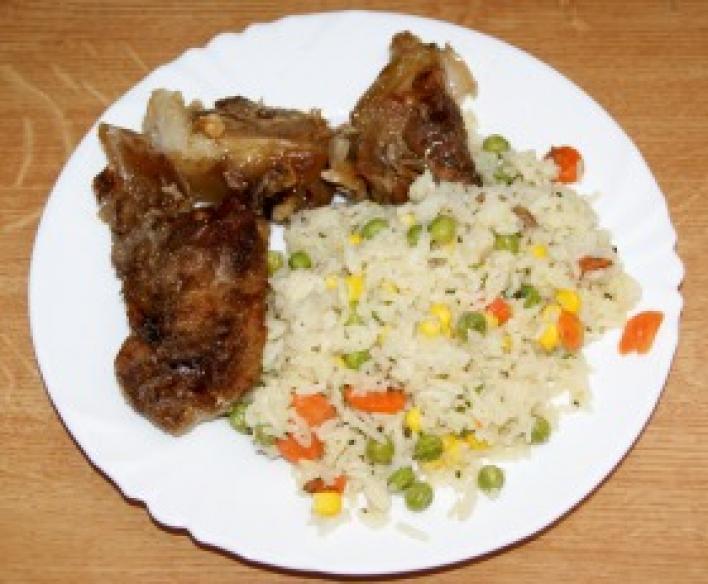 Omlós sült csülök zöldséges rizzsel