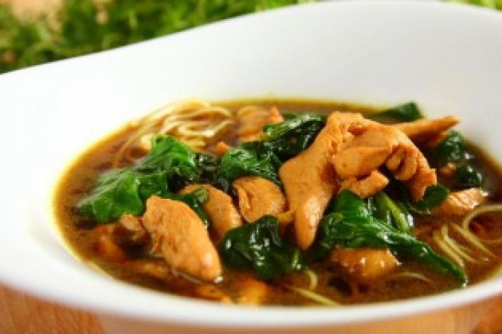 Kínai tésztaleves csirkemellel és spenóttal