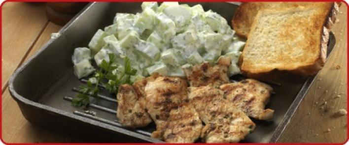 Grillezett rozmaringos csirkemell, majonézes-mustáros uborkasalátával