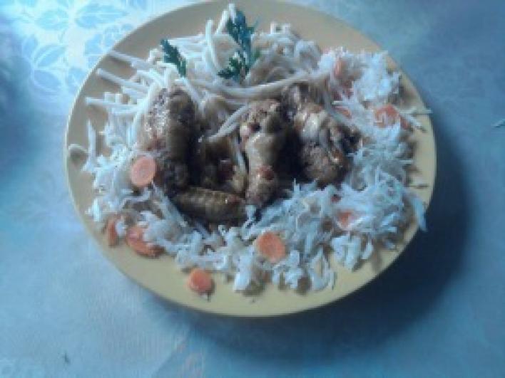 Csirkepörkölt, tésztával, házi savanyúsággal