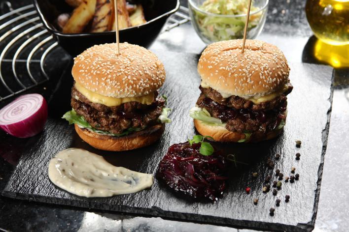 Dupla burger kék sajttal és lilahagyma lekvárral