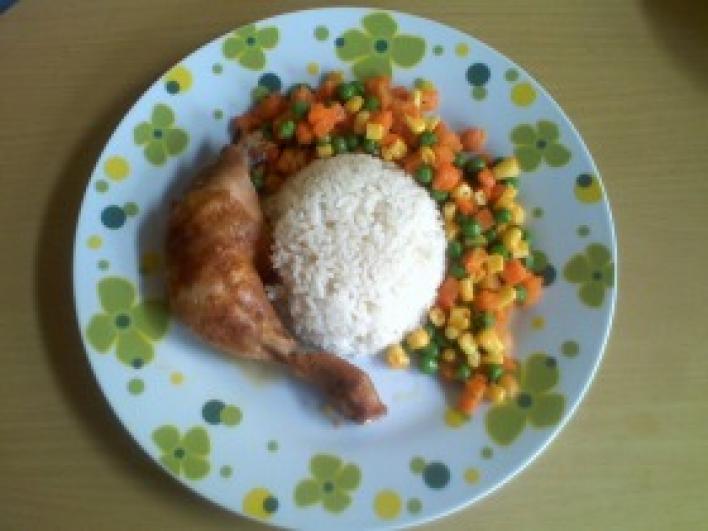 Fűszeres csirke mexikói zöldség ágyon