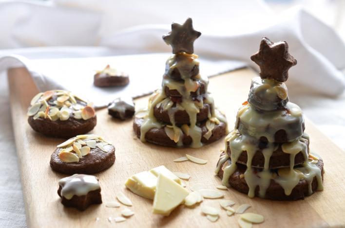 Csokis-epres linzer karácsonyfák, fehércsokoládé mázzal