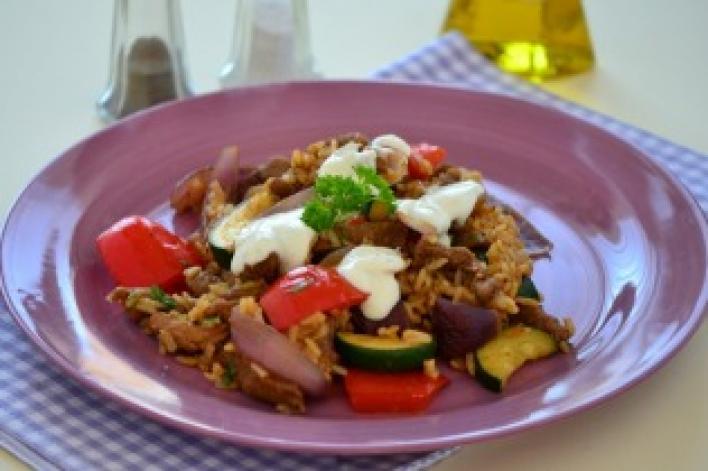 Tarjával és zöldségekkel pirított rizs görög módra