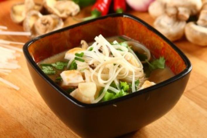 Ázsiai gombaleves üvegtésztával és csirkével