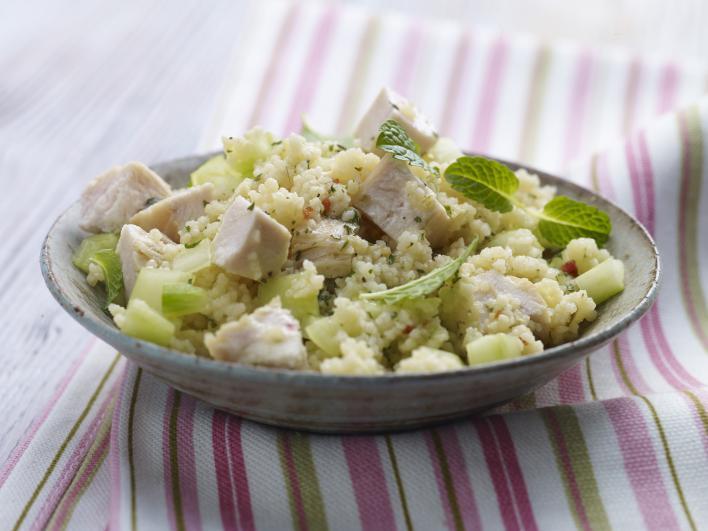 Kuszkusz saláta csirkével, uborkával és menta szósszal