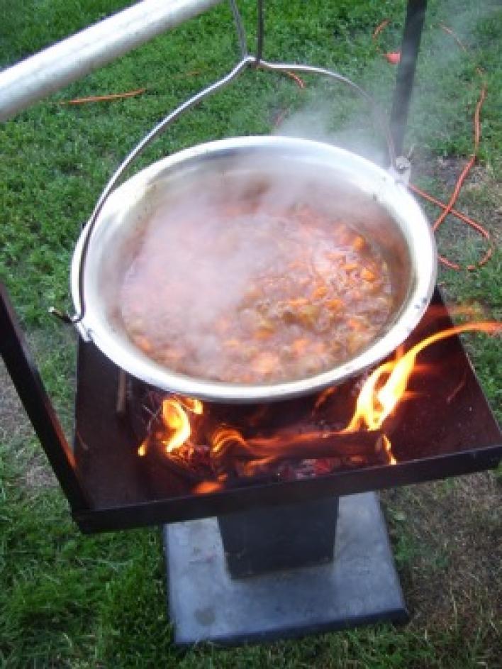 Bográcsban főzött marha gulyásleves