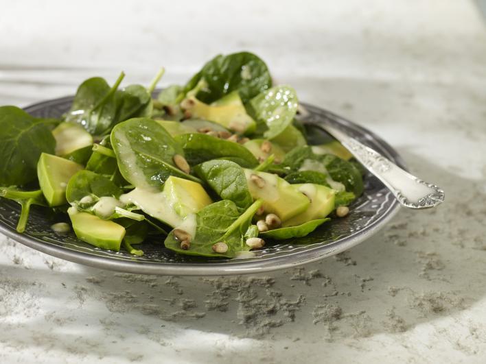 Avokádó saláta bébi spenóttal