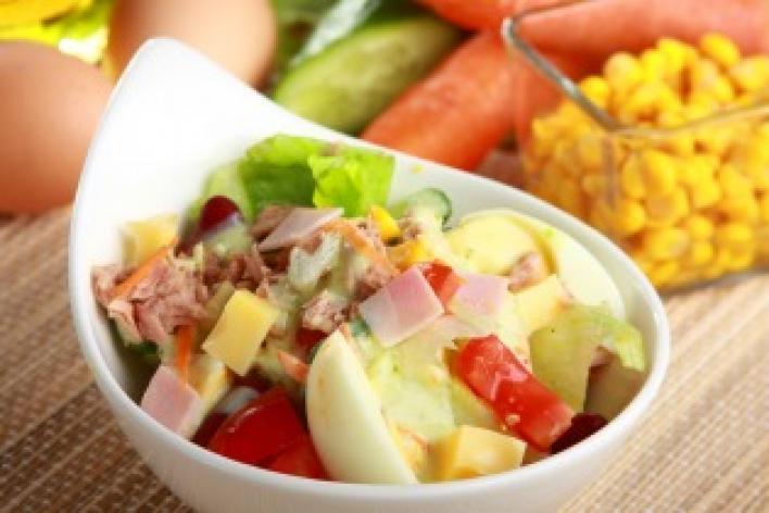 Zöldségsaláta tonhallal és sonkával