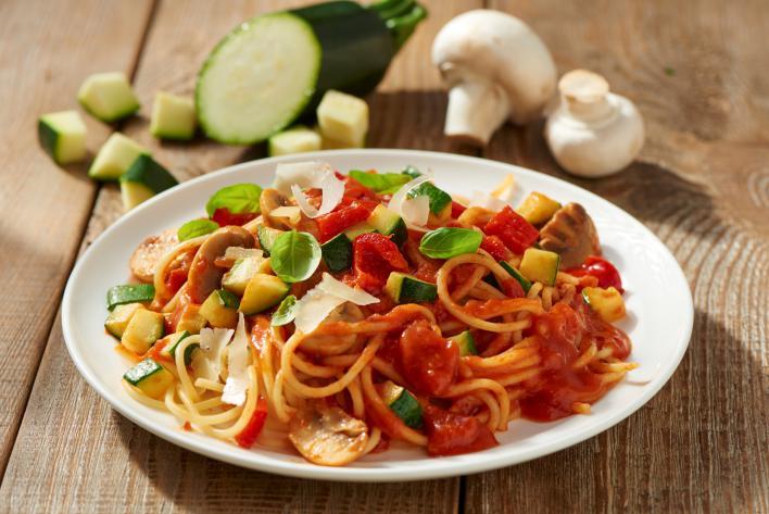Bolognai spagetti zöldségekkel és gombával
