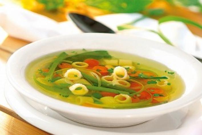 Tavaszi leves friss zöldségekkel