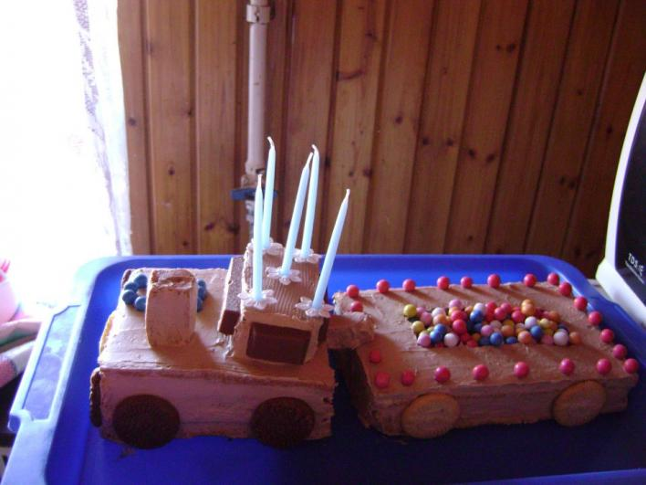 Teherautó alakú tejszínes-csokikrémes torta